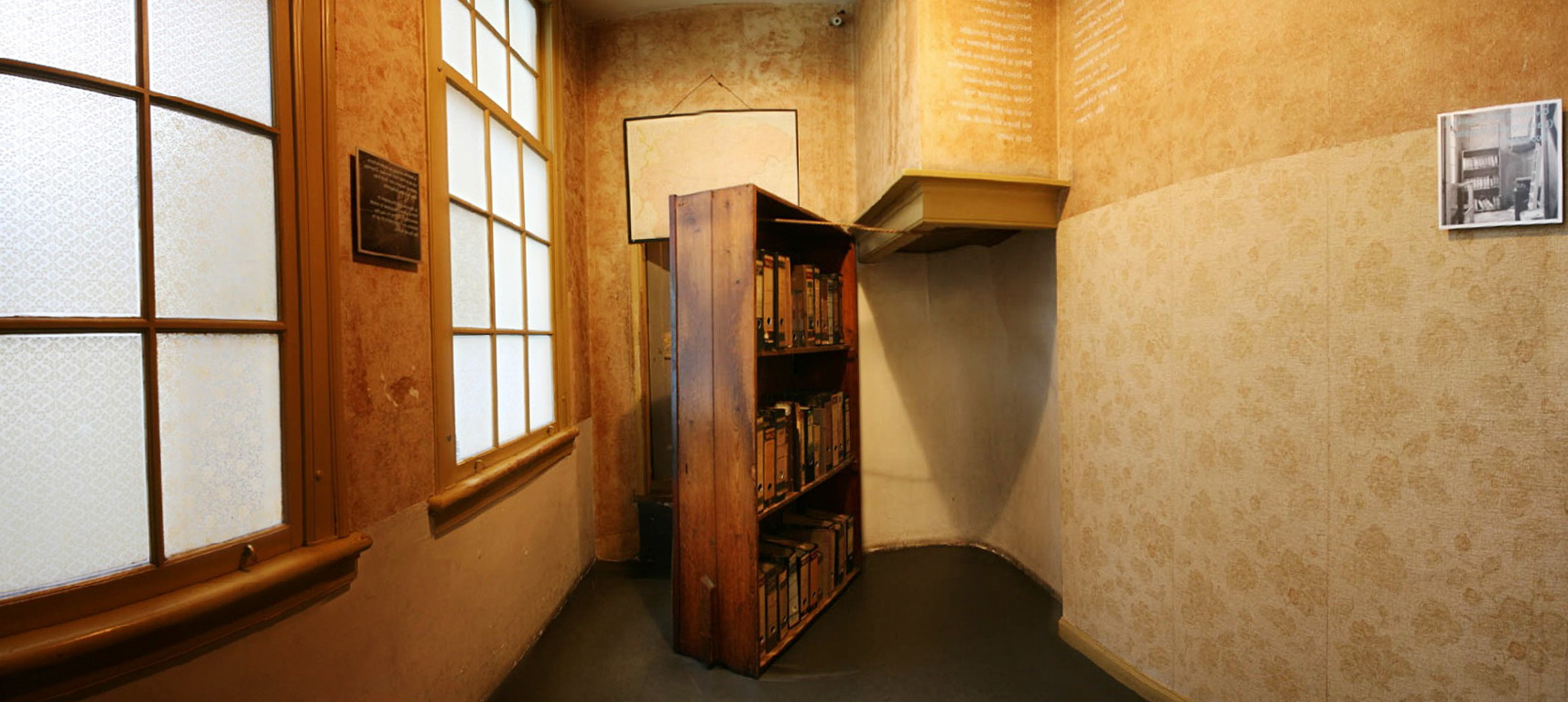 Charmant Anne Frank Secret Bookcase Door