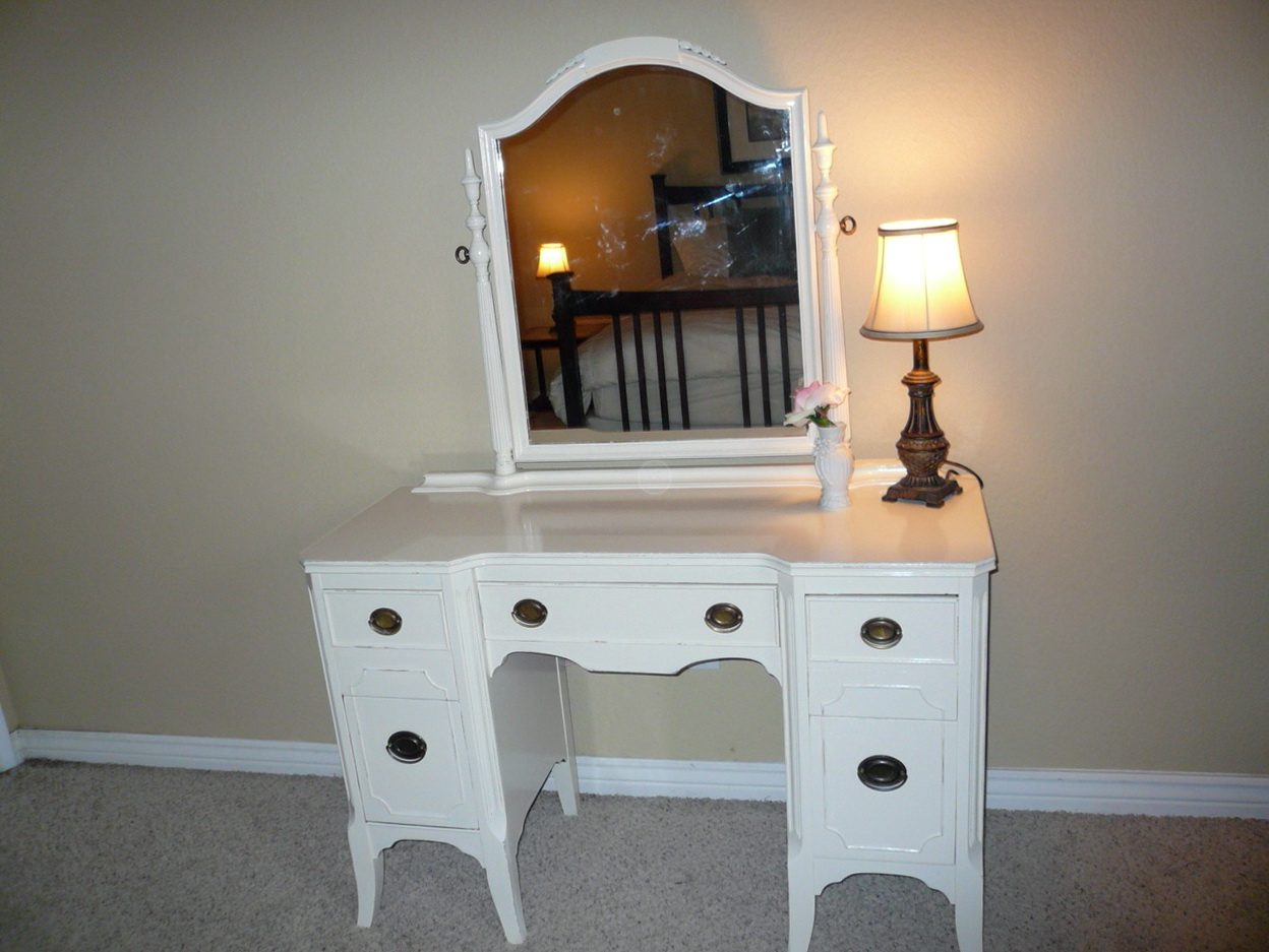 Permalink to 1950 Vanity Dresser With Mirror