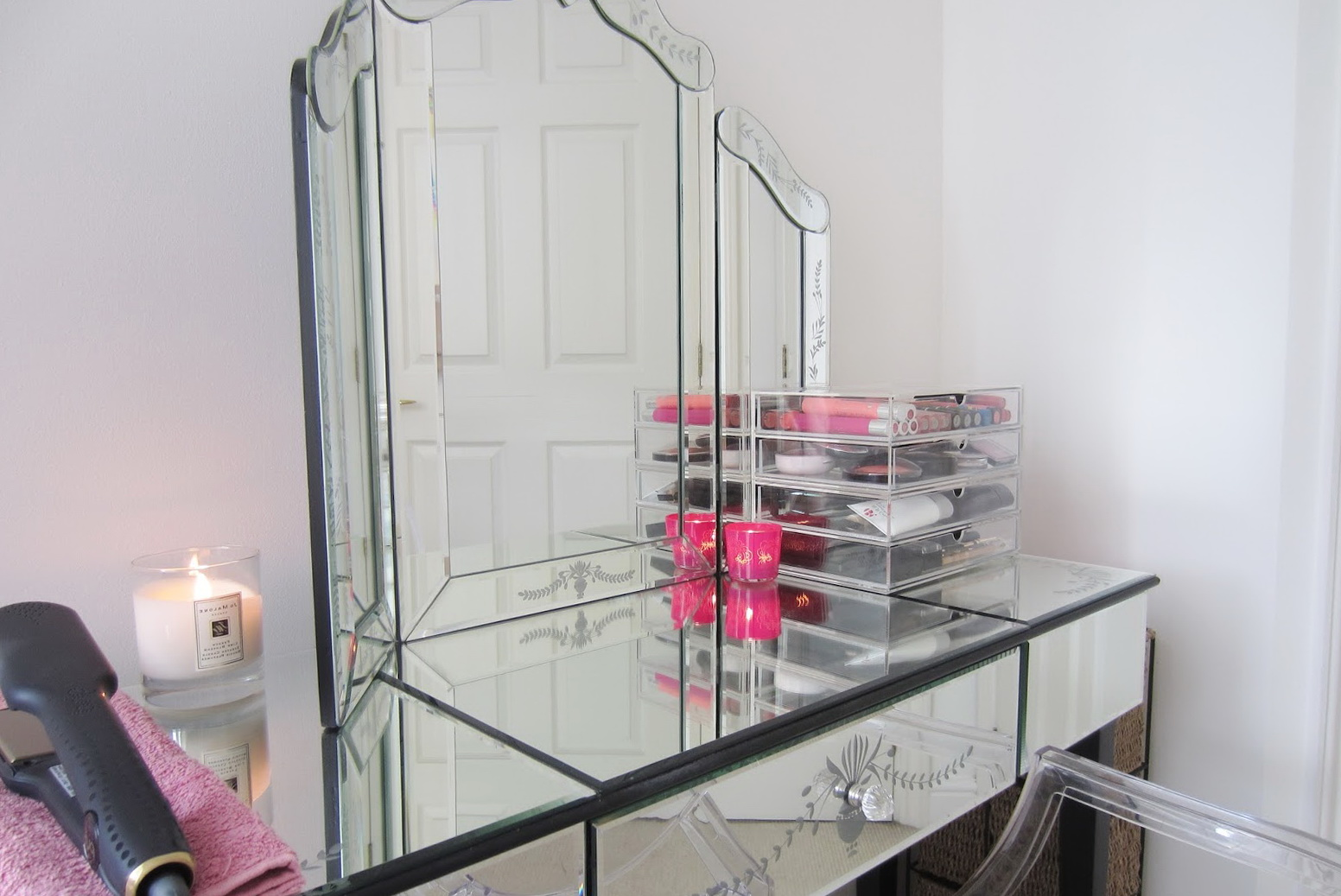 Mirrored Vanity Table With Drawers